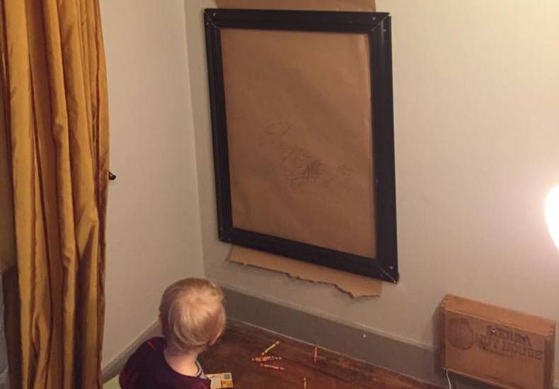 Нашел выход чтобы ребёнок не рисовал на стенах