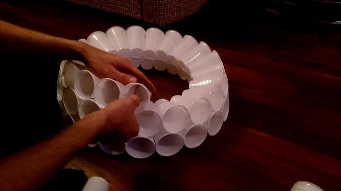 Снеговик из пластиковых стаканчиков своими руками