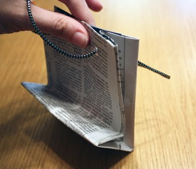 Подарочный бумажный пакет из старой газеты