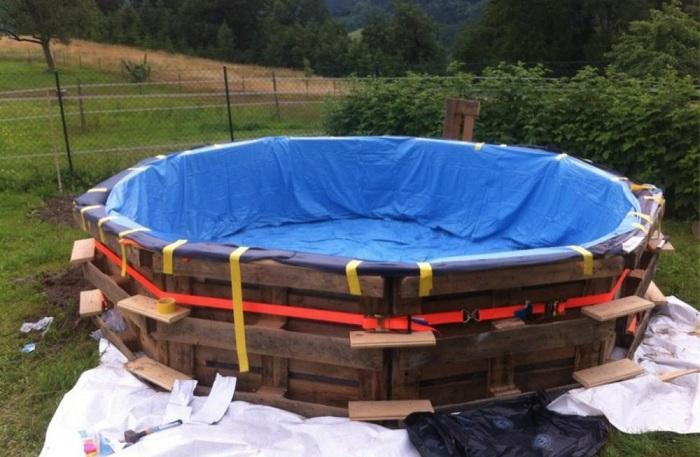 Большой бассейн на даче своими руками из старых поддонов