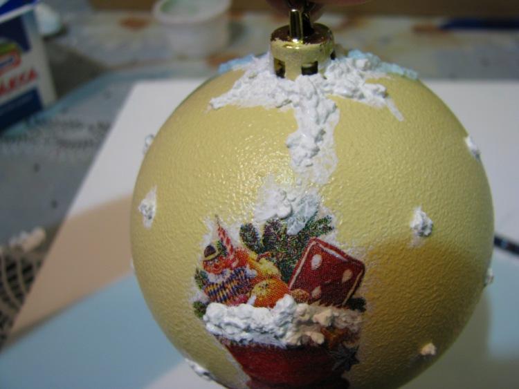Декорируем новогодние ёлочные шары в технике декупаж