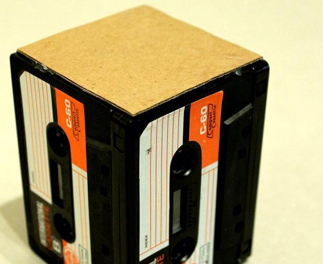 Подставка для карандашей и ручек из аудиокассет