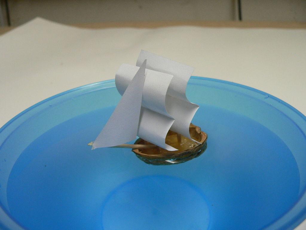 Кораблик из скорлупы грецкого ореха