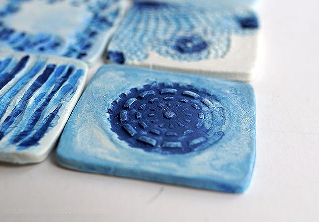 Декоративные бирюзово-голубые глиняные плитки своими руками
