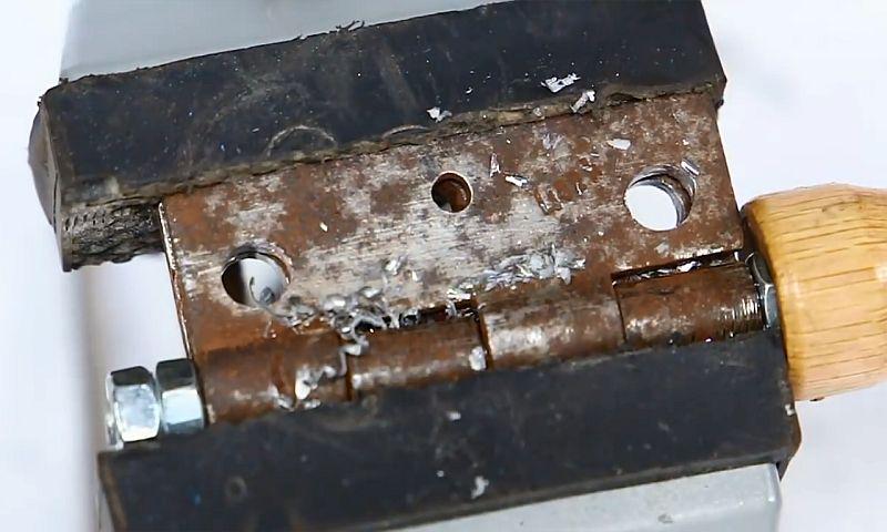 Универсальный держатель из дверной петли