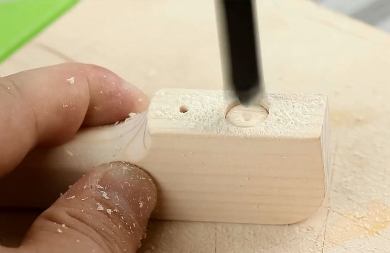 Открывашка для бутылок с магнитным удерживателем крышек своими руками