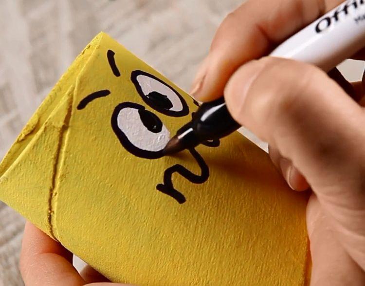 Весёлые подставки для карандашей и ручек из картонных втулок