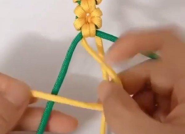 Плетём цветочный браслет из шнурков
