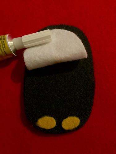Пингвин из фетра - держатель для провода наушников