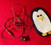 Пингвин из фетра — держатель для провода наушников