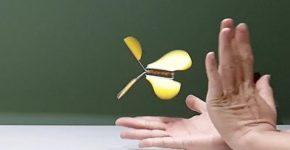 Летающая бабочка из скрепок и резинки