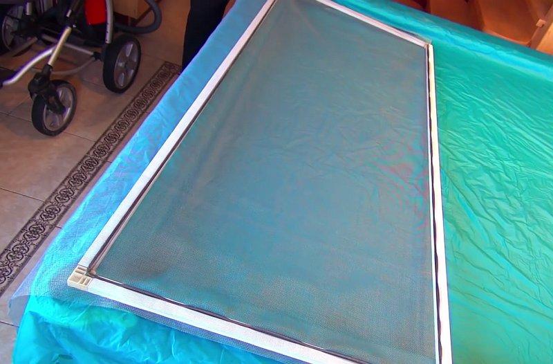 Как заменить москитную сетку на пластиковой рамке своими руками